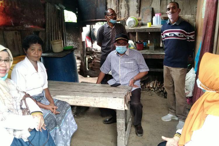Sejumlah anggota DPRD mengunjungi rumah Thresia, potret kemiskinan dan keikhlasan anak eks TKI ini mengundang simpati bamyak pihak
