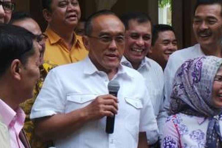Ketua Umum DPP Partai Golkar Aburizal Bakrie berbicara kepada wartawan seusai melakukan pertemuan dengan para pimpinan DPD I Golkar di kediamannya, Jakarta Pusat, Senin (25/8/2014).