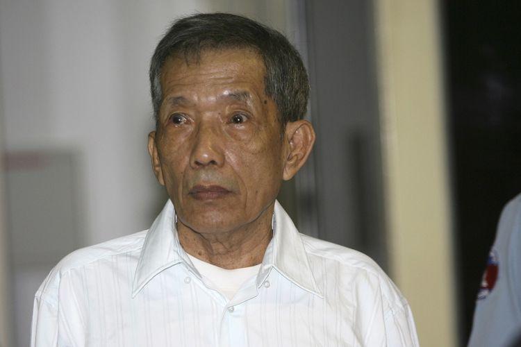 Dalam foto bertanggal 30 Maret 2020, nampak mantan komandan penjara Khmer Merah, Kaing Guek Eav atau dikenal sebagai Kamerad Duch. Dia dijatuhi hukuman penjara seumur hidup setelah mengaku atas penyiksaan dan pembunuhan puluhan ribu tahanan selama periode 1975-1979. Dia dilapoirkan meninggal dalam usia 77 tahun pada Rabu (2/9/2020).