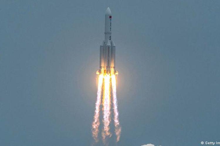 Roket Long March 5B meluncur dari Pulai Hainan, China, mengangkut modul Tianhe.