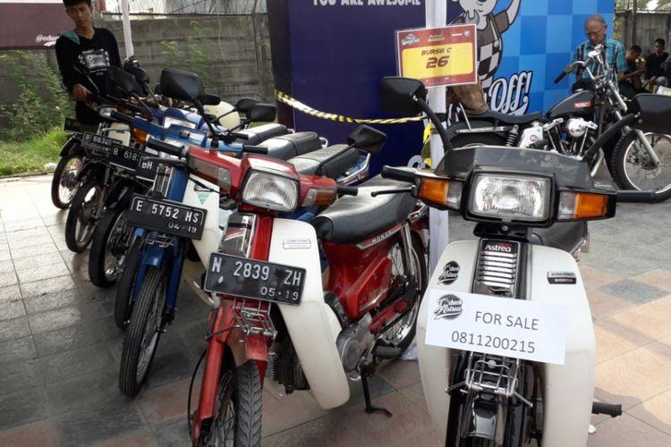 Deretan sepeda motor Honda Astrea dari berbagai model milik para anggota CDuck Astrea saat gelaran Otobursa Tumplek Blek 2018 di Kemayoran, Jakarta, Sabtu (21/7/2018).