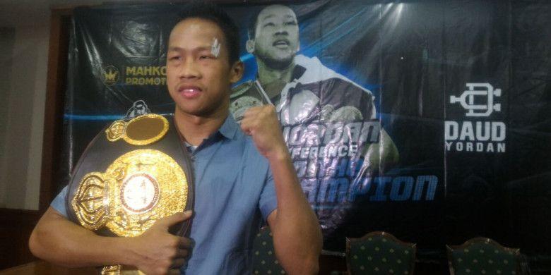 Petinju kelas ringan Indonesia, Daud Yordan, berpose dengan sabuk juara WBA Asia dalam jumpa pers di Hotel Bidakara, Jakarta Selatan, Rabu (25/4/2018).