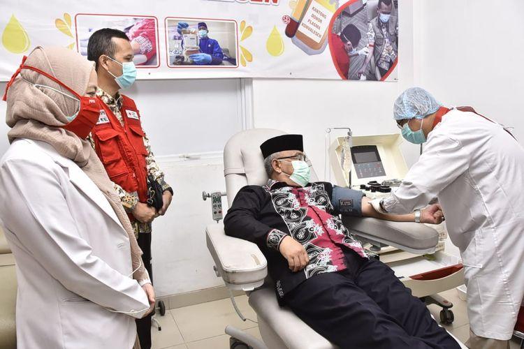 Wali Kota Depok, Mohammad Idris (baju hitam, berpeci), mendonorkan plasma konvalesennya sebagai penyintas Covid-19, di Gedung PMI Kota Depok, Kamis (28/1/2021).