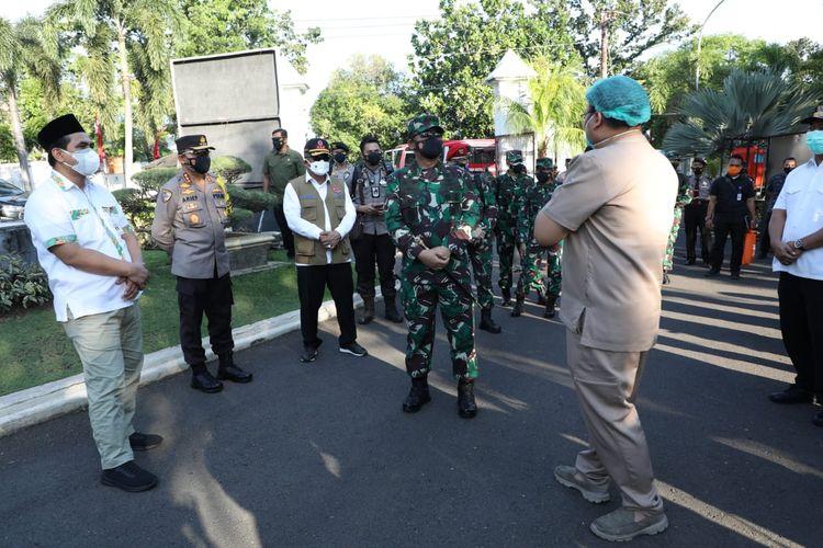 Panglima TNI Marsekal Hadi Tjahjanto saat meninjau tempat isolasi terpusat di Semarang, Jawa Tengah, Minggu (25/7/2021).