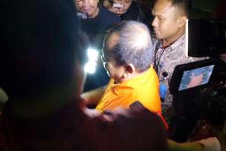 Direktur Utama PT OSMA Group Hartoyo mengenakan rompi tahanan di Gedung KPK Jakarta, Jumat (22/10/2016).