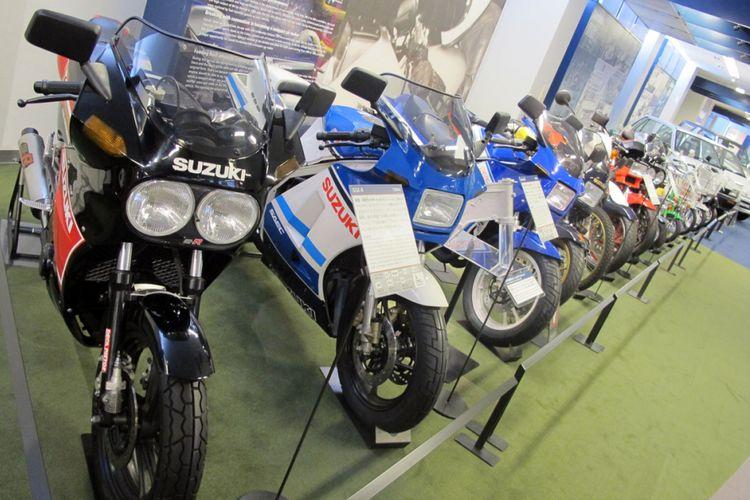 Belasan unit sepeda motor Suzuki dipajang di Plaza Suzuki, Hamamatsu, Jepang.
