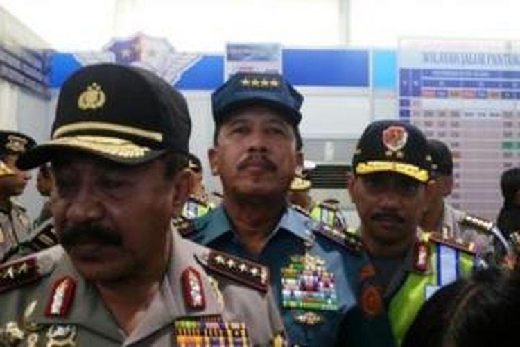 Kapolri Jenderal Timur Pradopo dan Panglima TNI Laksamana Agus Suhartono di Posko PAM mudik Cikopo, Tol Cikampek, Sabtu (3/8/2013).