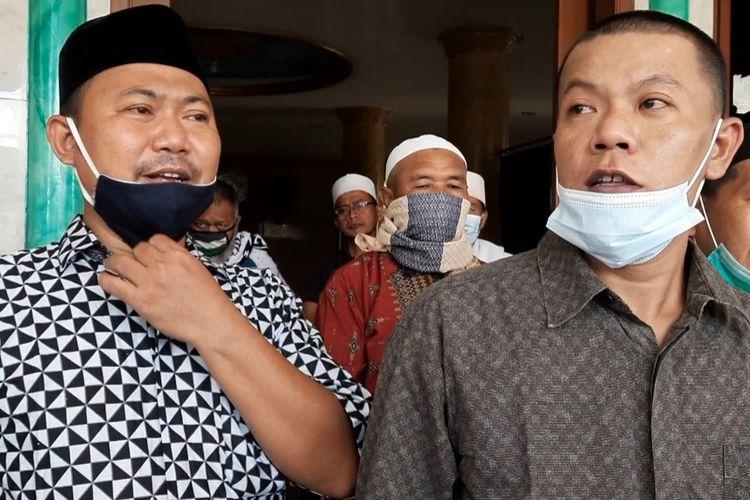 Para pengurus masjid Al Istiqomah di Cengkareng, Jakarta Barat, Minggu (27/12/2020) setelah insiden pelemparan bom molotov.