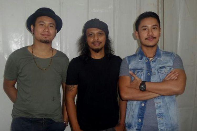 Bowie (kiri), Gugun (tengah), dan Fajar (kanan) usai tampil dalam Java Jazz on The Move di plataran Wisma BNI 46, Jalan Sudirman, Jakarta Pusat, Jumat (17/2/2017) malam.
