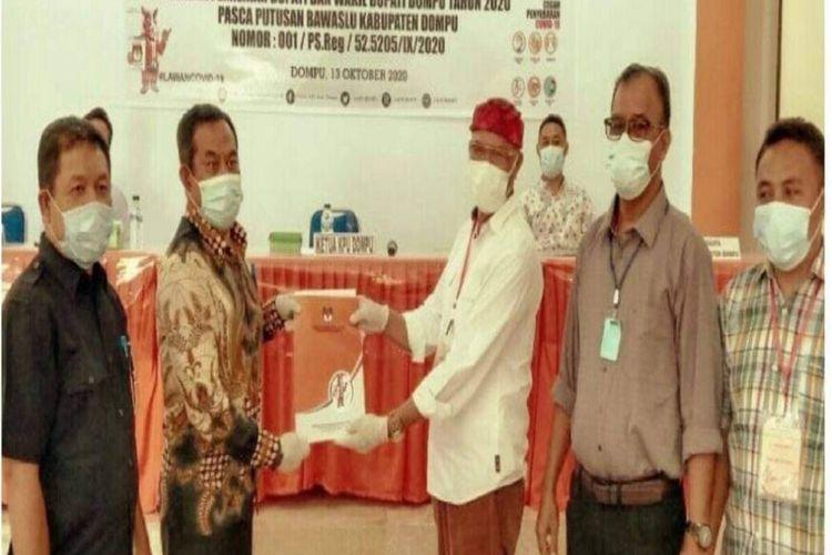 KPU Dompu saat menyerahkan SK penetapan pasangan SUKA sebagai peserta Calon Bupati dan Wakil Bupati Dompu di Pilkada serentak tahun 2020