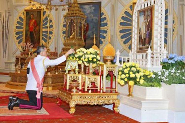 Dokumentasi Kerajaan Thailand, menggambarkan Putra Mahkota Maha Vajiralongkorn memberikan penghormatan kepada almarhum ayahnya, Raja Bhumibol Adulyadej, sesaat setelah dia didaulat menjadi Raja bru Thailand, Kamis (1/12/201).