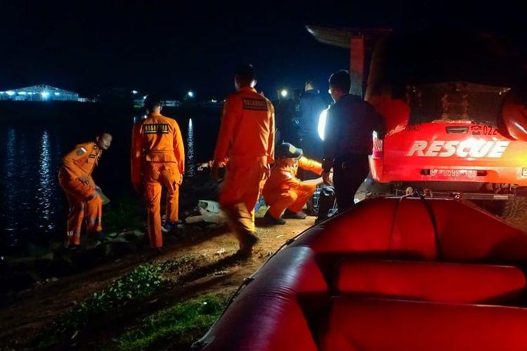 Tim Basarnas tengah melakukan pencarian korban tenggelam di kolam Masjid Terapung Gedebage, Kota Bandung,  Senin (13/5/2019) malam tadi.