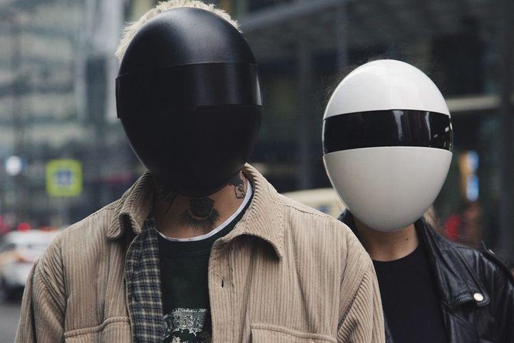 Masker unik ala pionir dua dance music, Daft Punk.