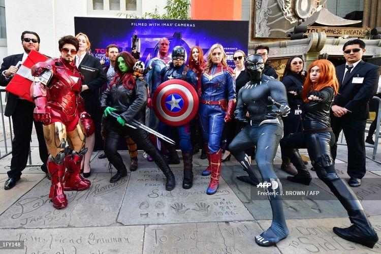 Para penonton berpose dalam balutan kostum Avengers saat mengikuti lomba kostum yang digelar menjelang pemutaran Avengers: Endgame di TCL Chinese Theater di Hollywood, California, Kamis (25/4/2019).
