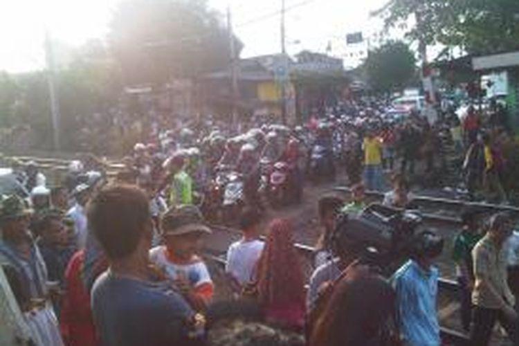 Perlintasan kereta di Bintaro, Pesanggrahan, Jakarta Selatan, sudah kembali dibuka sekitar pukul 16.30, Selasa (10/12/2013). Ketika dibuka, kemacetan lalu lintas langsung terjadi di Jalan Bintaro Permai.