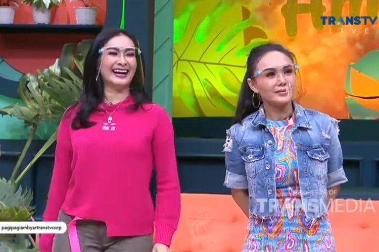 Penyanyi Iis Dahlia (kiri) dan Yuni Shara bersahabat selama 30 tahun.