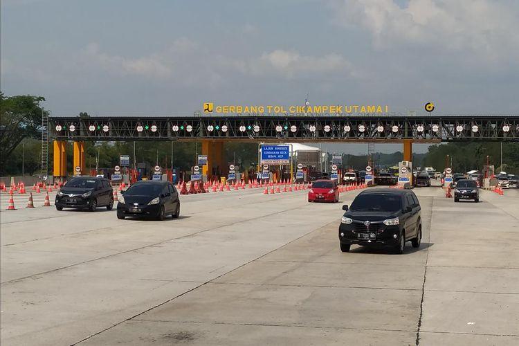 Kendaraan melintasi ramai lancar di Tol Jakarta-Cikampek, Kabupaten Karawang, Provinsi Jawa Barat,Jumat (7/6/2019).