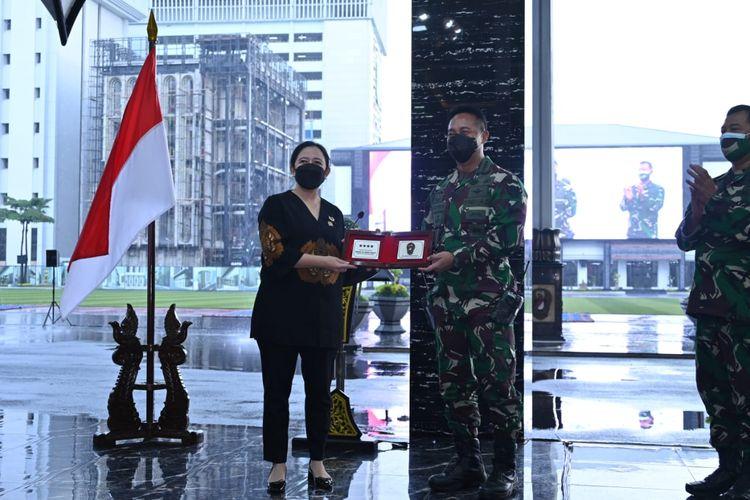 Ketua DPR Puan Maharani saat memberikan kuliah umum dan pembekalan kepada Perwira Siswa (Pasis) Pendidikan Reguler ke-60 Sekolah Staf dan Komando Angkatan Darat, Jakarta, Selasa (29/6/2021).