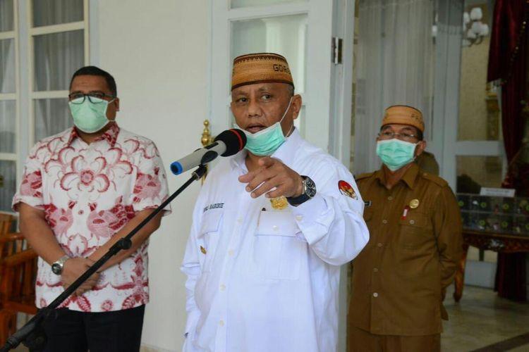 Gubernur Gorontalo Rusli Habibie (tengah) saat memberikan keterangan pers terkait penerapan kenormalan baru (new normal) di Provinsi Gorontalo di rumah jabatan Gubernur, Selasa (26/5/2020).