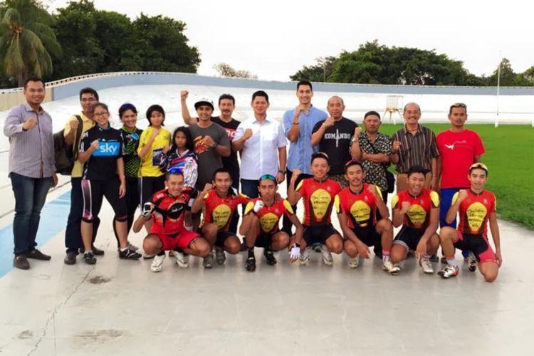 Ketua Umum PB ISSI, Raja Sapta Oktohari (tengah, kemeja putih) bersama atlet balap sepeda nasional.