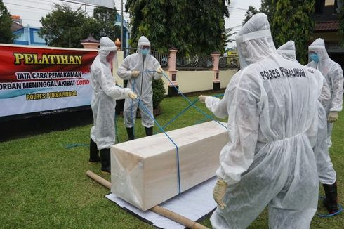 Polisi di Purbalingga Berlatih Makamkan Jenazah Pasien Corona