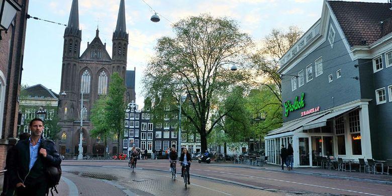 Sepeda dapat Anda jadikan alat transportasi alternatif untuk mengunjungi tempat-tempat wisata di Amsterdam, Belanda.