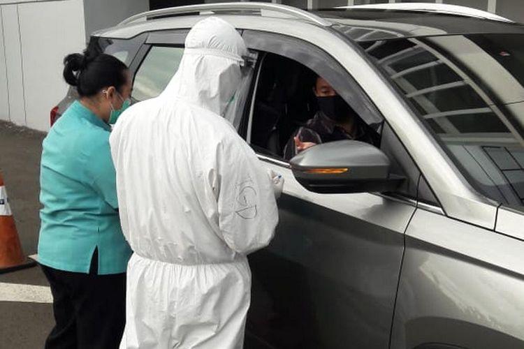 Layanan Ciputra Hospital untuk pemeriksaan rapid test dan swab test dengan RT-PCR menggunakan sistem drive thru melalui pendafataran via website cihos.com/covid dengan jadwal mulai 11 Mei 2020 - 16 Mei 2020 pada pukul 08.00 wib ? 11.00 wib.