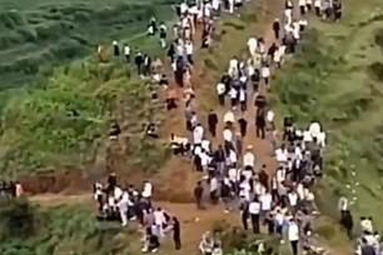 Ribuan warga Desa Xiushui berbondong-bondong ke bukit, saat mendengar suara aneh yang diduga adalah suara naga sedang menggeram. Video diambil pada 20 Juni 2020.