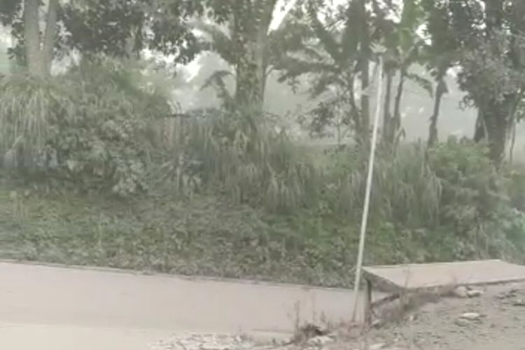 Hujan abu Gunung Merapi terjadi di Kecamatan Tamansari, Boyolali, Jawa Tengah, Rabu (27/1/2021).