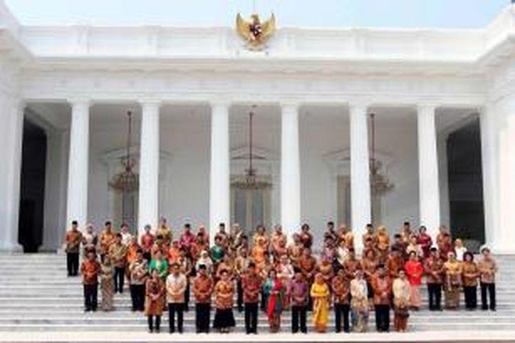 Presiden Joko Widodo (Jokowi) bersama Wakil Presiden Jusuf Kalla (JK) berfoto bersama anggota Kabinet Kerja dan istri di Istana Merdeka, Jakarta, Senin (27/10/2014). Para menteri yang memperkuat Kabinet Kerja pemerintahan Jokowi-JK secara resmi dilantik.