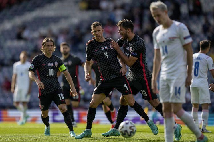 Ivan Perisic (tengah) setelah mencetak gol penyama kedudukan dalam pertandingan Grup D Euro 2020 Kroasia vs Ceko di Hampden Park, Glasgow, Skotlandia, Jumat (18/6/2021) malam WIB.