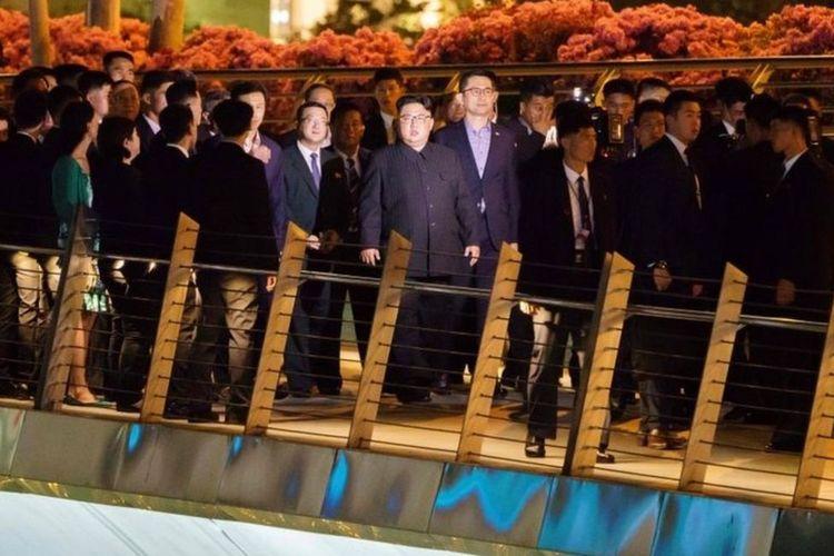 Dia juga berjalan di Jembatan Jubilee, mengatakan dia bertujuan untuk belajar dari pengalaman Singapura