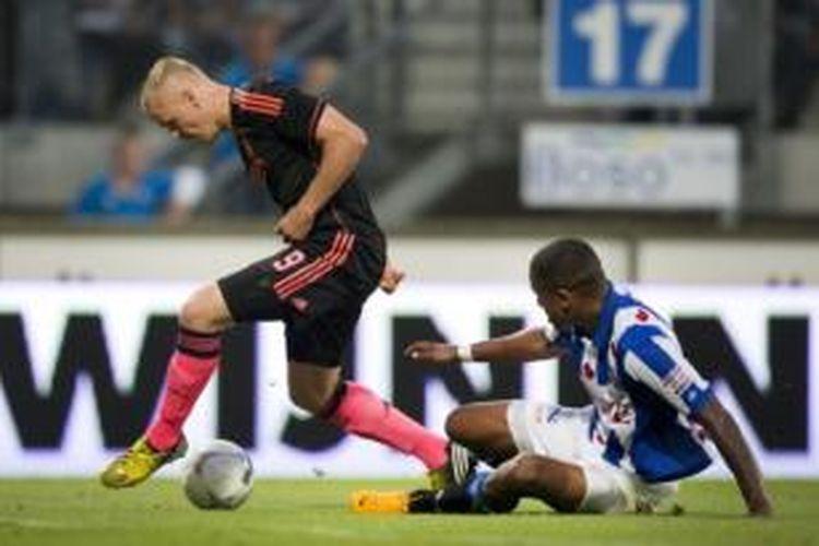 Striker Ajax Amsterdam, Kolbeinn Sigthorsson (kiri), mencetak satu dari tiga gol timnya ke gawang Heerenveen pada laga di Stadion Abe Lenstra, Jumat (23/8/2013). Ajax dan Heerenveen bermain imbang 3-3.