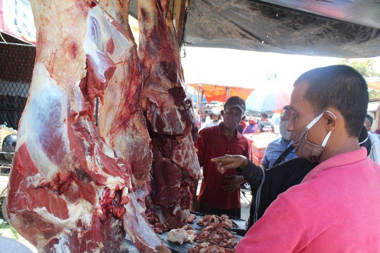 Pedagang daging di Pasar Inpres, Kota Lhokseumawe, Senin (12/4/2021)
