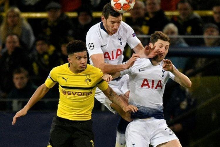 Jadon Sancho berebutan bola dengan Jan Vertonghen dan Ben Davies pada pertandingan Borussia Dortmund vs Tottenham Hotspur di Stadion Signal Iduna Park dalam babak 16 besar Liga Champions, 5 Maret 2019.