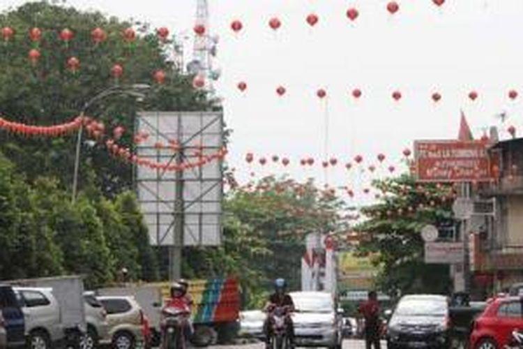 Lampion sudah terpasang di area Jl Diponegoro, Kota Pontianak, Kalimantan Barat, Minggu (12/1/2014).