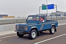 Gaya Jokowi dengan Land Rover Lawas Pantau Tol Becakayu