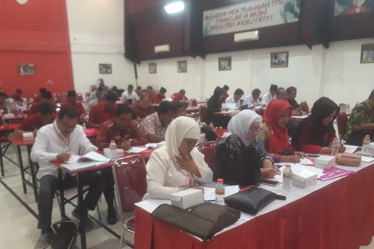 Calon kepala daerah dan wakil kepala daerah menjalani fit and proper test di kantor DPD PDIP Jawa Timur, Rabu (18/9/2019)