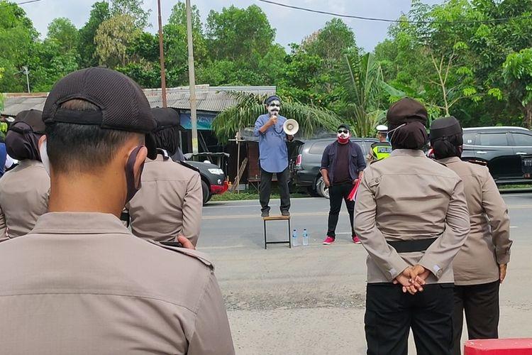 Dua orang pengunjuk rasa pendukung paslon yang didiskualifikasi KPU Ogan Ilir menyerahkan kotak berisi tikus kepada  komisoner KPU Ogan Ilir Rusdi Daduk di depan gerbang Kantor KPU Ogan Ilir, Rabu (14/10/2020).  2. Polisi tetap bersiaga meskipun pengunjuk rasa hanya dua orang di depan gerbang Kantor KPU Ogan Ilir hari ini Rabu (14/10/2020)