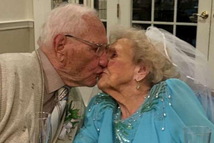 John Cook Sr (100) dan Phyllis Cook (103) berciuman saat resepsi pernikahan mereka pada 26 Agustus 2019.