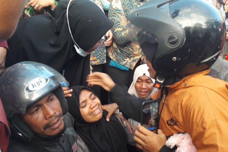 Kakak korban tewas mahasiswa UHO Kendari menangis histeris mengetahui adiknya sudah meninggal dunia dalam aksi unjuk rasa menolak UU KPK