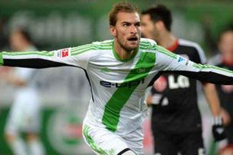 Striker Wolfsburg asal Belanda, Bas Dost, merayakan gol yang dicetaknya ke gawang Bayer Leverkusen pada lanjutan Bundesliga, Sabtu (22/1/2014). Wolfsburg menang 3-1.