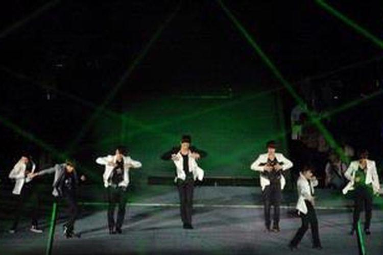 Super Junior atau SuJu tampil dalam konser SMTOWN Live World Tour II di Gelora Bung Karno, Senayan, Jakarta, Sabtu (22/9/2012). Konser SMTOWN Live World Tour II didukung oleh boyband dan girlband Korea seperti Kangta, Boa, Tvxq, Girls Generation, Shinee, F(x), dan Exo.
