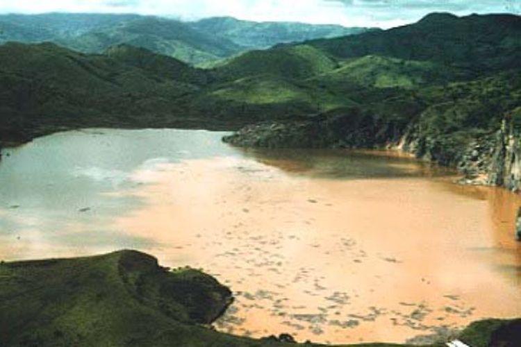 Danau Nyos meledak pada 21 Agustus 1986, awan karbon dioksida (CO2) yang mematikan meledak dari dasar perairan Danau Nyos di barat laut Kamerun, menewaskan 1.746 orang dan sekitar 3.500 ternak.