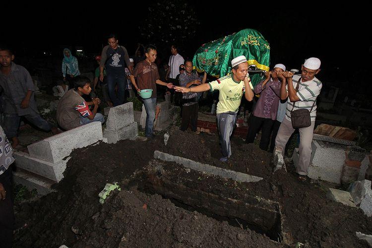 Warga memakamkan jenazah Sunaryo (58) di Tempat Pemakaman Umum Rangkah, Surabaya, Jawa Timur, Rabu (24/4/2019). Almarhum yang merupakan Ketua Kelompok Penyelenggaran Pemungutan Suara (KPPS) di TPS 13 Kelurahan Kapas Madya Baru, Kecamatan Tambaksari, meninggal dunia setelah dirawat di Rumah Sakit Umum (RSU) HajI, diduga karena kelelahan setelah menjalankan tugas di TPS.