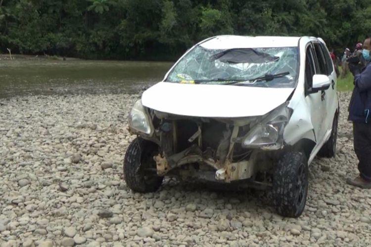 Satu unit Toyota Avanza pengangkut rombongan pemudik yang terjun ke sungai di Mamasa, Sulawesi Barat, pada Selasa (4/5/2021) pagi.