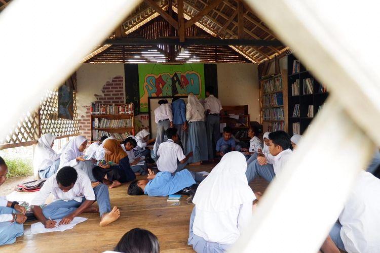 Konsep pelajaran SMK Bakti Karya Parigi di Pangandaran, Jawa Barat, mengutamakan potensi siswa dan menjunjung tinggi nilai keberagaman. Kelas pun dibikin santai tidak kaku seperti sekolah umumnya.