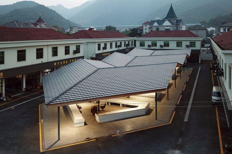 Pasar yang awalnya kosong itu direnovasi dengan menghilangkan batas arsitektural.