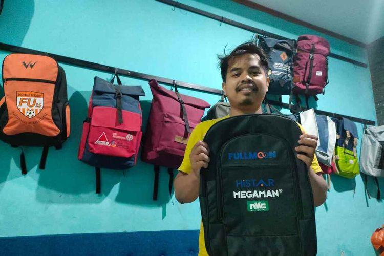Husna Ramdani menunjukkan tas hasil produksinya di pabrik konveksi miliknya di Jatinangor, Sumedang, Jawa Barat, Minggu (26/9/2021).