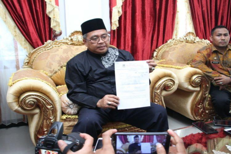 Ramli MS, Bupati Kabupaten Aceh Barat memberikan klarifikasi terkait video aksi adu jotos dengan kelompok penagih hutang yang sedang viral di media sosial